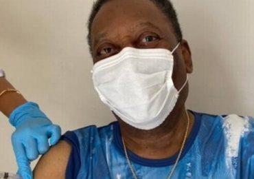 Pelé recebe vacina contra Covid-19 e pede para todos se cuidarem