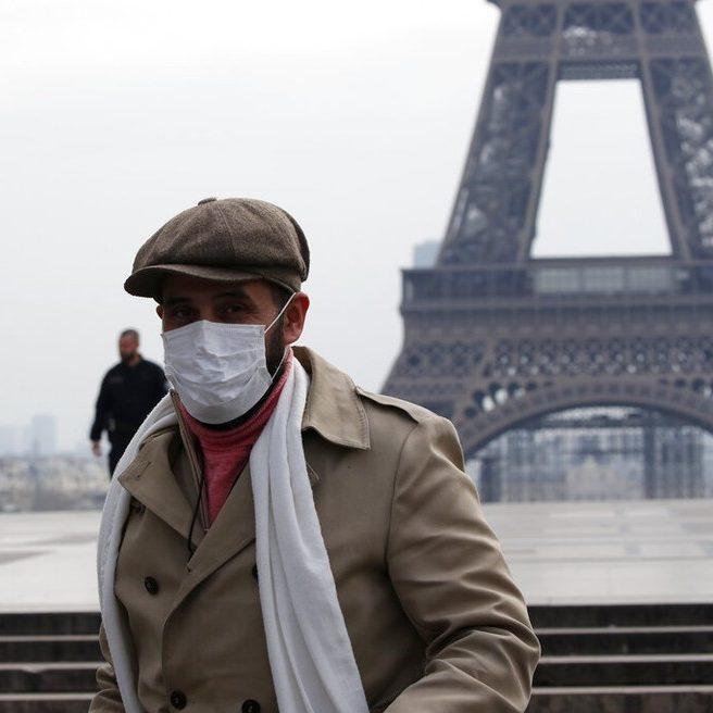 França aprova passaporte sanitário em meio a protestos