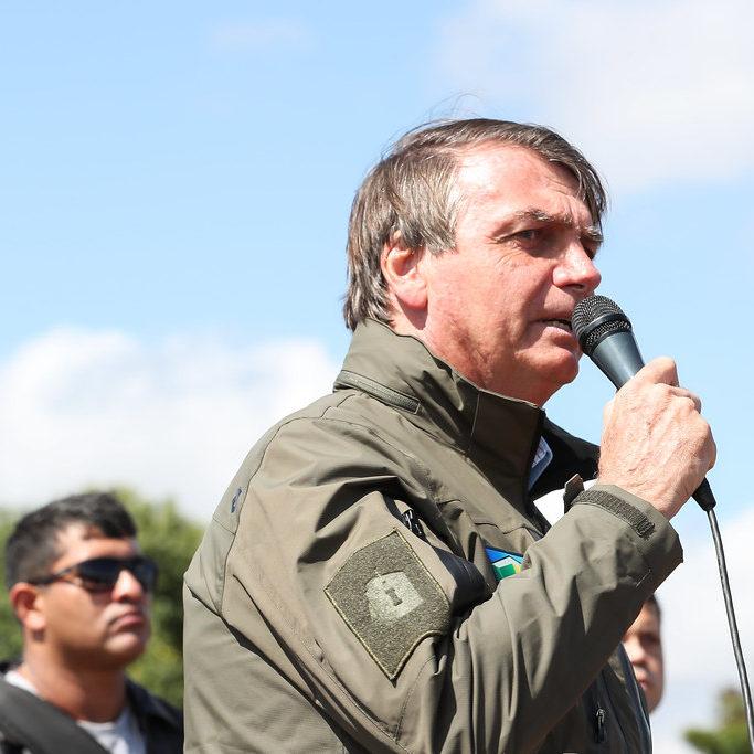 Bolsonaro gera aglomeração e chama o exército de seu