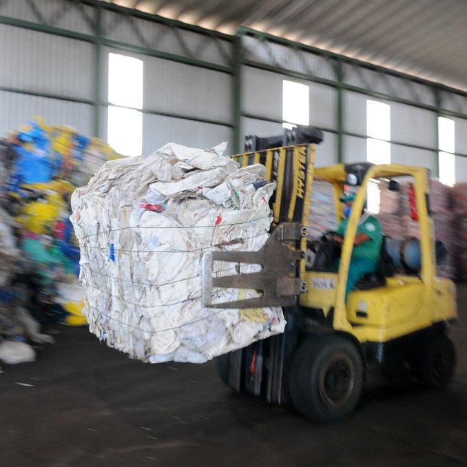 Mito da reciclagem infinita estimula mais consumo