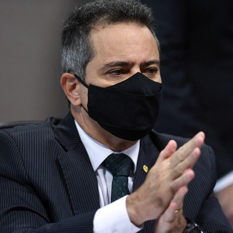 Elcio Franco sai em defesa de Pazuello e nega atraso na compra de vacinas
