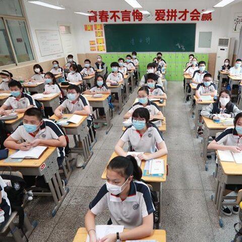 Após fim das restrições Wuhan realiza formatura para mais de 11 mil alunos