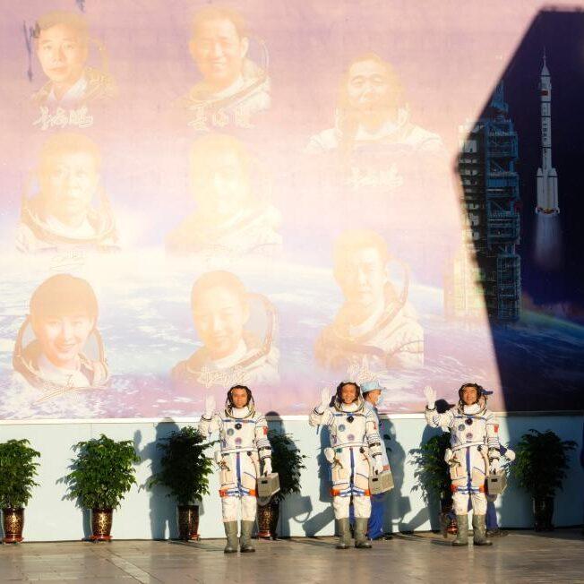 Missão com três astronautas chega à estação espacial chinesa
