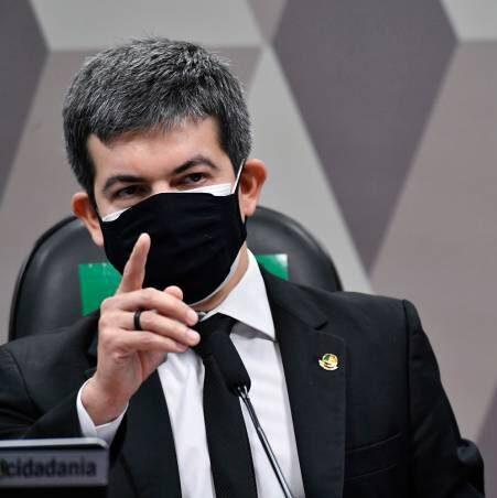 Senador Randolfe entra com queixa-crime contra Presidente