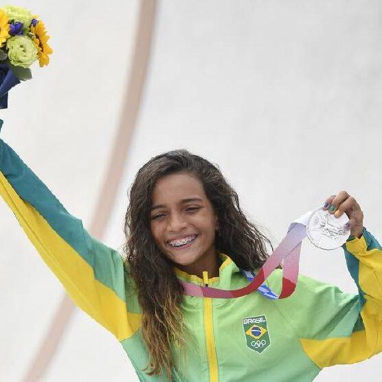 Rayssa Leal é recepcionada pelo irmão e fãs no Maranhão