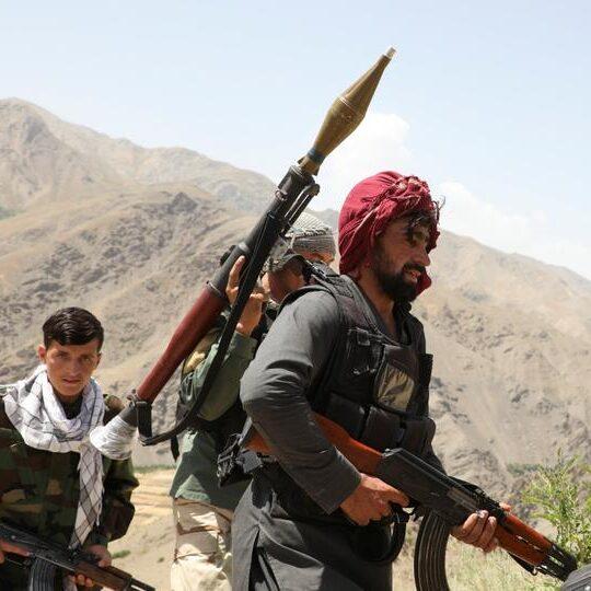 Centenas de milhares fogem do Afeganistão com medo da retomada do Taliban