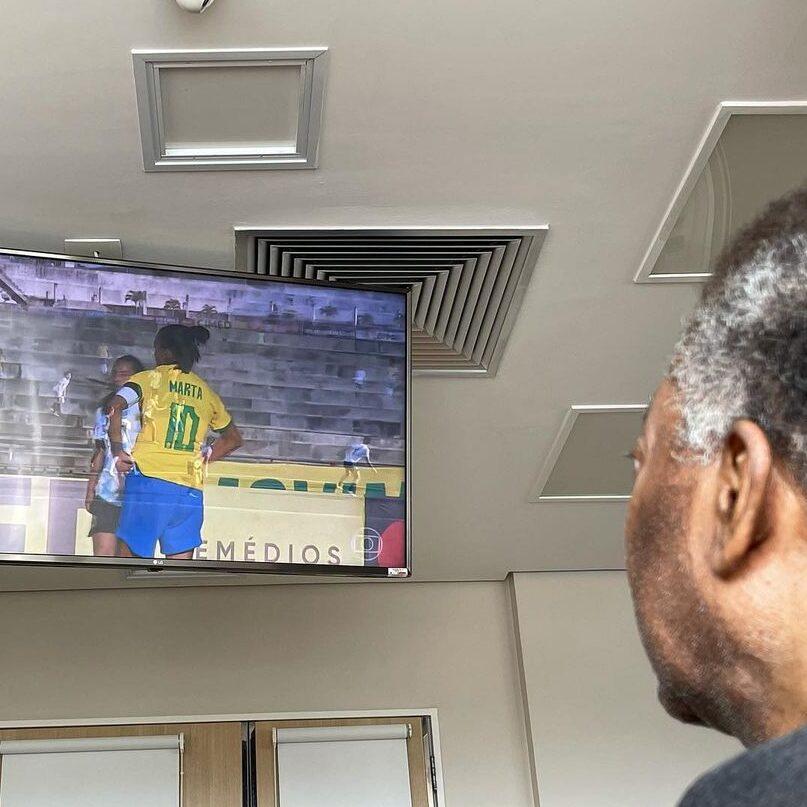 Pelé permanece internado e torce para Seleção feminina